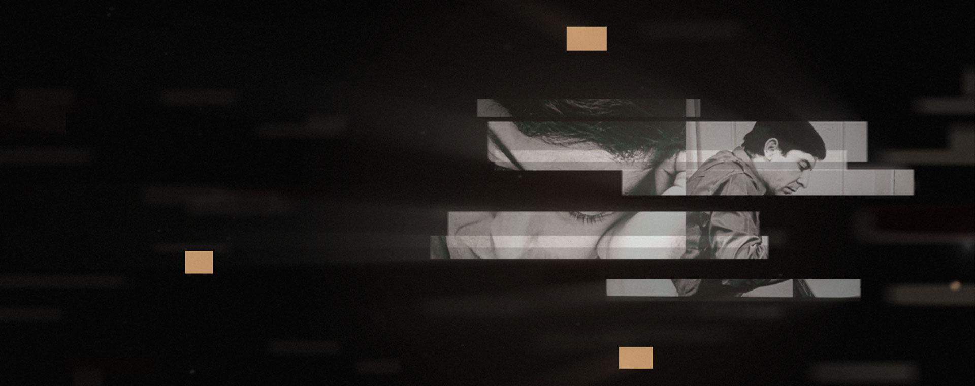 Image couleur. Sur un fond noir, deux images noir et blanc superposées de Leonard Cohen en plan rapproché.